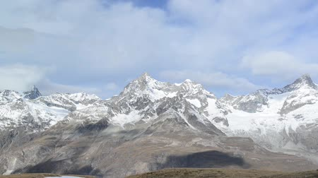 горный хребет : Stunning View Of Matterhorn In Swiss Alps. Shot from the Zermatt side on a beautifully clear day in full HD