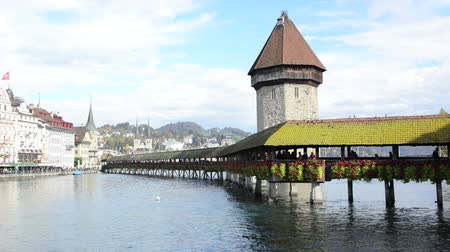 часовня : Panoramic view of wooden Chapel bridge and old town of Lucerne, Switzerland Стоковые видеозаписи