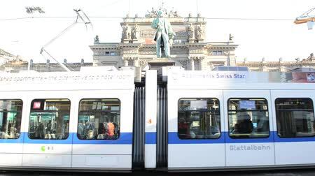 subdivisão : ZURICH - OCTOBER 17: Electric city tram moving from the main train station of the Zurich, on October 17, 2013 in Zurich, Switzerland