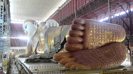 budist : Chauk htat gyi reclining buddha sweet eye buddha in yangon, myanmar Stok Video
