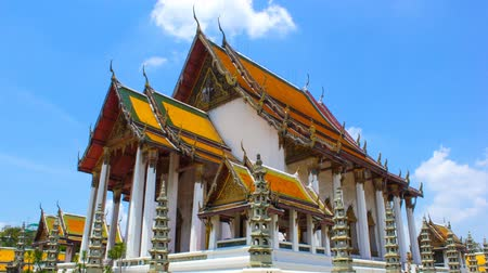 budismo : Bangkok, Thailand- March 31, 2015: Time Lapse Video of Wat Suthat. Wat Suthat Thepwararam is a Buddhist temple in Phra Nakhon district. and is one of Bangkoks tourist attractions.