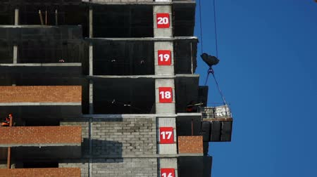 cordas : Builders detach ropes from stone blocks on the construction site Stock Footage