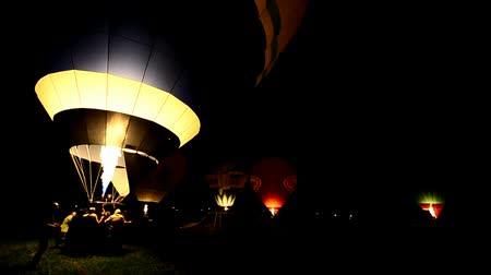experiência : colorful hot air balloons fire in the night