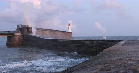 dalgakıran : Storm on the breakwater of the little jetty of Les Sables dOlonne (Vendee, France) Stok Video