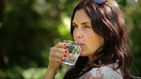 szemüveg : Young woman drinking water
