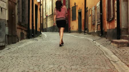 eski moda : Young woman take a walk in the old town of Stockholm, Sweden