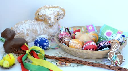 koszyk wielkanocny : Easter decoration - basket of painted eggs with ram to eat and other decorations (chocolate) Wideo