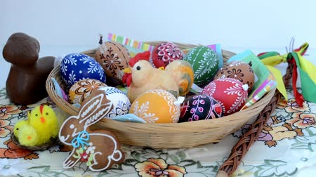 koszyk wielkanocny : Easter decoration - chocolate ram with painted eggs and other decorations Wideo