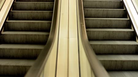 лифт : escalators in the train station