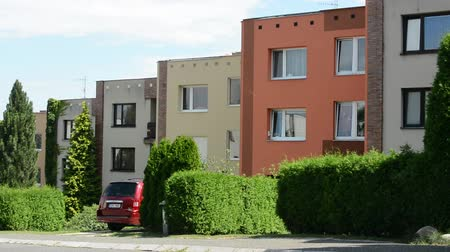 subúrbio : street with houses - green nature (summer) - car park before building