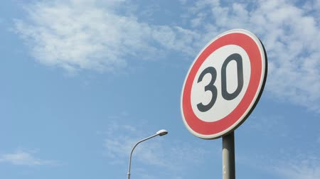 otuzlu yıllar : Road signs: speed limit 30 Stok Video