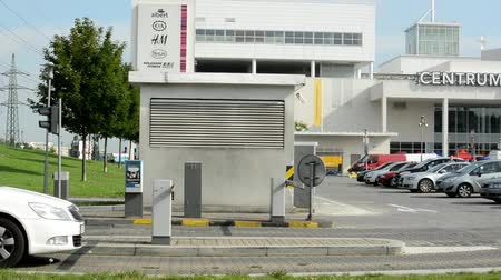 otopark : Cars drive into the parking lot - gate