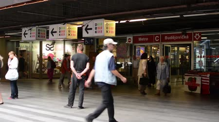 bejárat : entrance to the subway (metro) -commuter people- timelapse - people entering and leaving subway (metro) - wtih fruit stands Stock mozgókép
