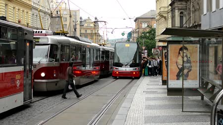 hirdetőtábla : commuter people - people get in and get off from tram - city (buildings) with passing cars in background - advertising billboard - timelapse Stock mozgókép