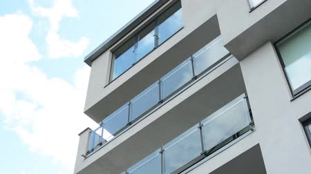 moderní : modern building - balcony - windows - blue sky
