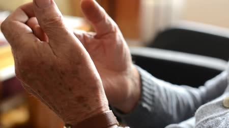 hemşirelik : old man (senior - elderly) - hands - rub ones hands