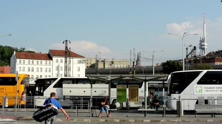 otobüs : bus terminal station - people wait for the bus - commuter people - buildings in the background