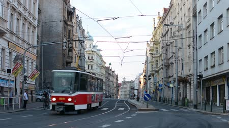 kabely : urban street with people, cars, trams - modern buildings - road and pavement Dostupné videozáznamy