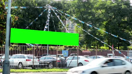 sprzedawca : car showroom (used car dealer) - billboard - green screen - trees - city (urban