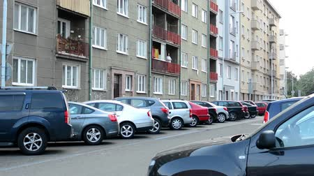 yerleşim : urban street with parked cars - flats (apartments)