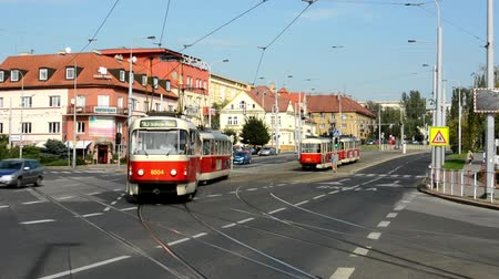 trilho : passing trams on the urban street - cars - buildings - nature (trees) - sunny Vídeos