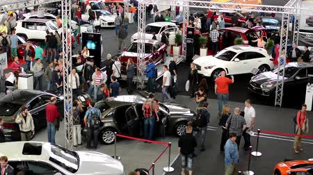 sprzedawca : car exhibition - parked cars and people walking and watching cars - interior Wideo