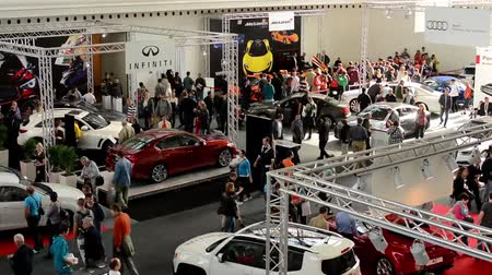 sprzedawca : car exhibition - parked cars and people walking and watching cars - timelapse Wideo
