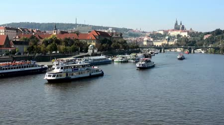 Československo : boats on the river (Vltava) - city (buildings) in background - timelapse Dostupné videozáznamy