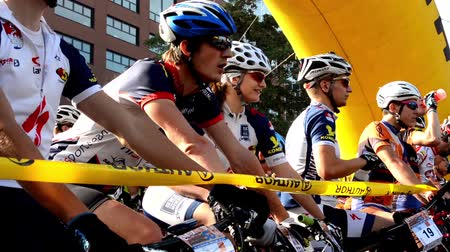 dizilirler : cycling race - cyclist wait - closeup - buildings - start line Stok Video