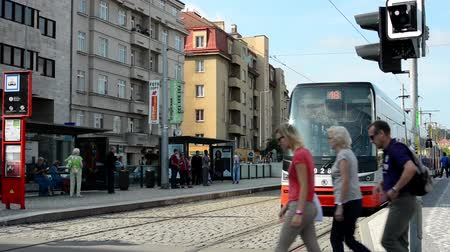 reklama : city: urban street - passing tram - cars - buildings - tram stop Wideo