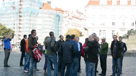 направлять : group of tourists in city (square)