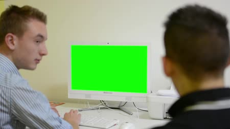 falar : man works on computer - green screen - office - conversation between two men - people talk - job interview