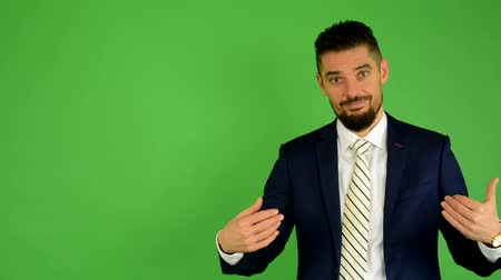 comprimento total : business man welcomes - green screen - studio