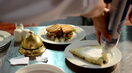 porce : chef prepares meals (food: sandwich and pancake) - waiter carries meals to customers Dostupné videozáznamy