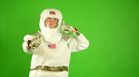 astronauta : astronaut shows thumbs on agreement - concept: telephone call - green screen