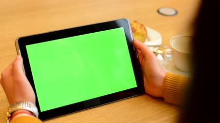использование : woman works on tablet green screen in cafe - coffee and cake