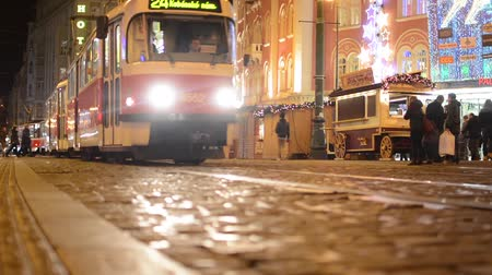 Прага : urban street with trams in the city - buildings - night - christmas marketplace with people