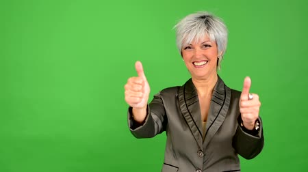 taça : business middle aged woman shows thumbs on agreement - green screen - studio