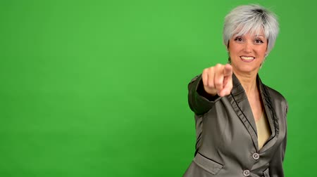 sen : business middle aged woman points to the camera - green screen - studio Stok Video