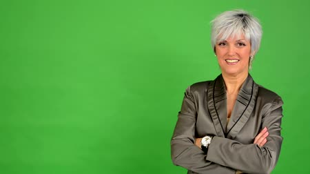 s rukama zkříženýma : business middle aged woman smiles (fold arms) - green screen - studio