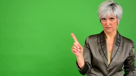 orta : business middle aged woman disagrees - green screen - studio Stok Video