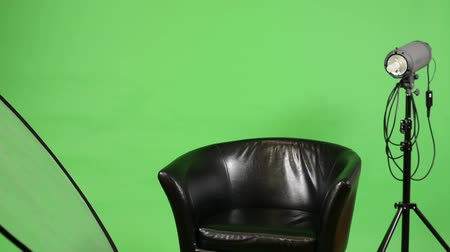 atirar : studio with chair and photographic equipment (light and reflecting plate) - switch on lights - green screen