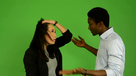 elszigetelt fekete : Unhappy couple argue - black man and asian woman - green screen studio Stock mozgókép