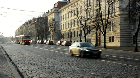 parke taşı : PRAGUE, CZECH REPUBLIC - FEBRUARY 6, 2015: city - urban street with cars and trams - buildings in sunlight