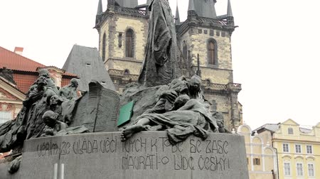 cseh : PRAGUE, CZECH REPUBLIC - FEBRUARY 15, 2015: statue on Old Town Square in Prague - buildings - cloudy Stock mozgókép