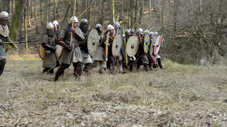 средневековый : PRAGUE, CZECH REPUBLIC - FEBRUARY 21, 2015: medieval battle - war - soldiers walking in row and fight Стоковые видеозаписи