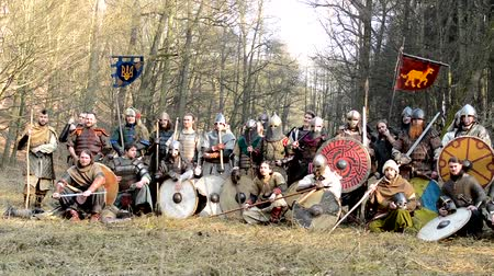 средневековый : PRAGUE, CZECH REPUBLIC - FEBRUARY 21, 2015: medieval battle - war - group of soldiers pose Стоковые видеозаписи