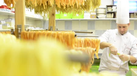 üretmek : Chef gives dry pasta on stand   after production