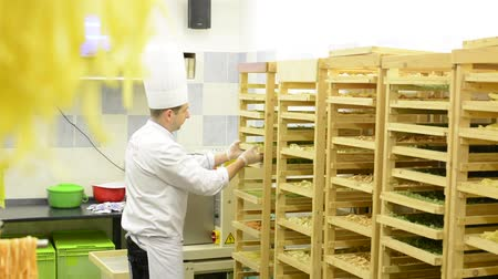 İtalyan : chef gives pasta to rack  factory