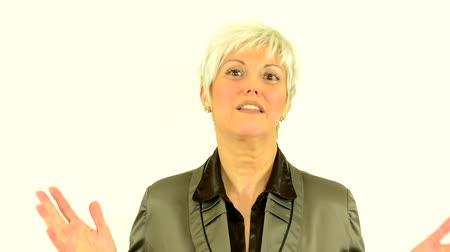 orta yetişkin kadın : business middle aged woman talks to camera (interview) - white background - smiles